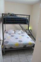 Vue de la chambre avec un lit double et un lit simple superposés